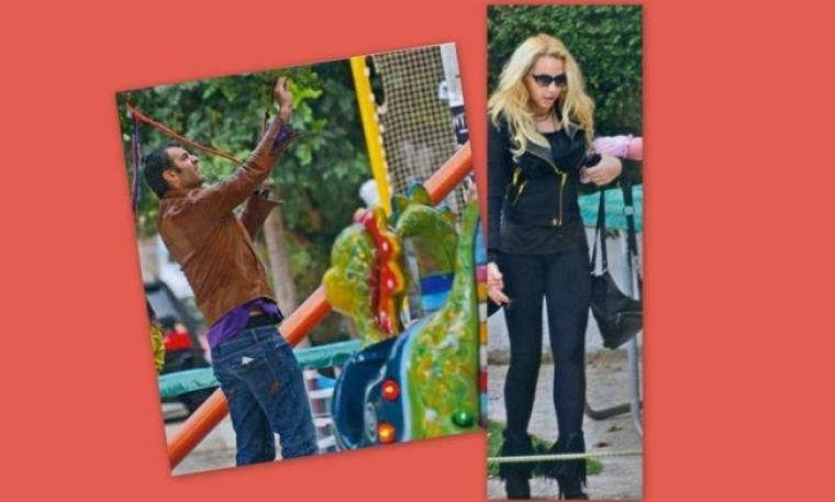 Η Γωγώ με την κούκλα κόρη της και ο Τραϊανός στην παιδική χαρά!