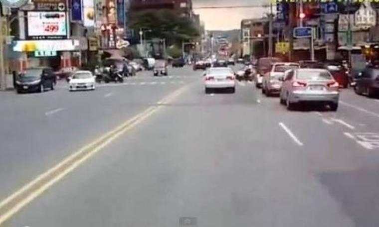 Απίστευτο βίντεο: Οδηγός εγκληματίας «χτυπά» και μετά φεύγει