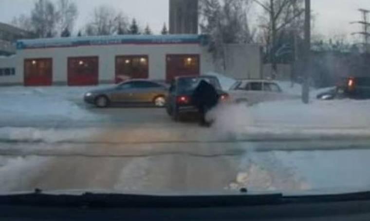 Απίστευτο βίντεο: «Υπεράνθρωπος» σήκωσε αυτοκίνητο από τις ράγες!