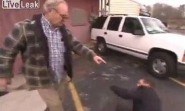 Βίντεο: Ηλικιωμένος έβγαλε νοκ-άουτ δημοσιογράφο με μπουνιά!