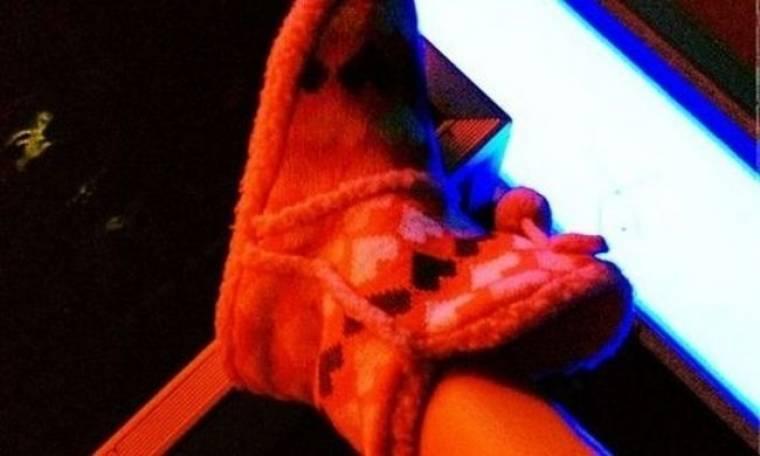 Πήγε στο στούντιο με τις παντόφλες της