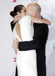 Aυτός είναι έρωτας! Την άρπαξε και την φίλησε στο κόκκινο χαλί!