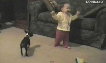 Βίντεο: Τα πρώτα βήματα του μωρού είχαν μια ξεκαρδιστική κατάληξη