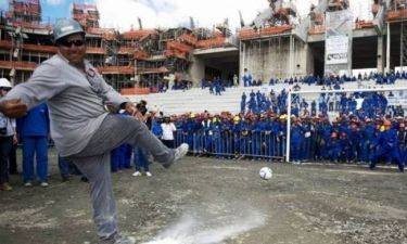 FIFA: Χτίζει στάδιο με εργάτες τους φυλακισμένους (video)