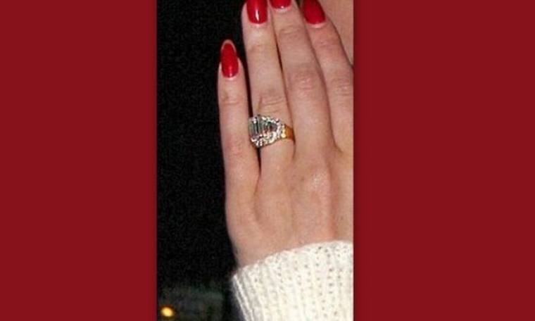 Με δαχτυλίδι αρραβώνων η…