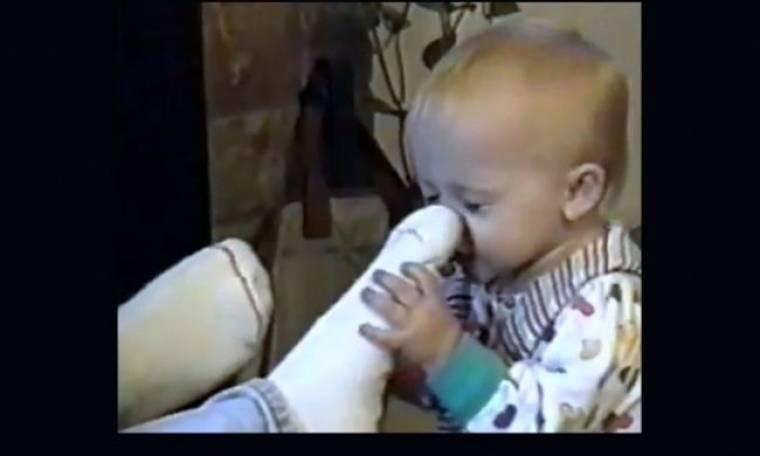 Η απίθανη Έμα: Πρώτα μυρίζει την κάλτσα και ύστερα…