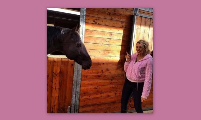 Η Κωνσταντίνα Σπυροπούλου μαθαίνει να ιππεύει!