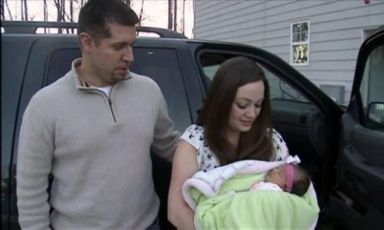 Μωρό γεννήθηκε στο πάρκινγκ βενζινάδικου!