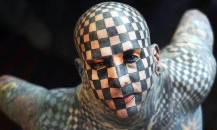 Ο άνθρωπος-σκάκι έχει κάνει τατουάζ όλο του το σώμα και το πρόσωπο!