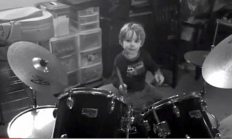 """Στα δύο του παίζει και τραγουδάει το """"We will Rock you""""!"""