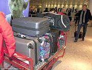 Ένα σωρό βαλίτσες για διαμονή λίγων ημερών! Σε ποιον ανήκουν!