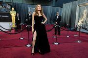 Μετά την Angelina Jolie, άλλη μία κυρία έβγαλε το πόδι έξω!
