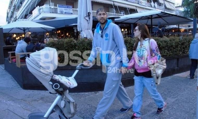 Βασιλόπουλος – Τσουρή: Βόλτα με το μωρό τους!