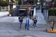 Βίκτωρας Ηλιάδης: Βόλτα με τα παιδιά του στην Γλυφάδα
