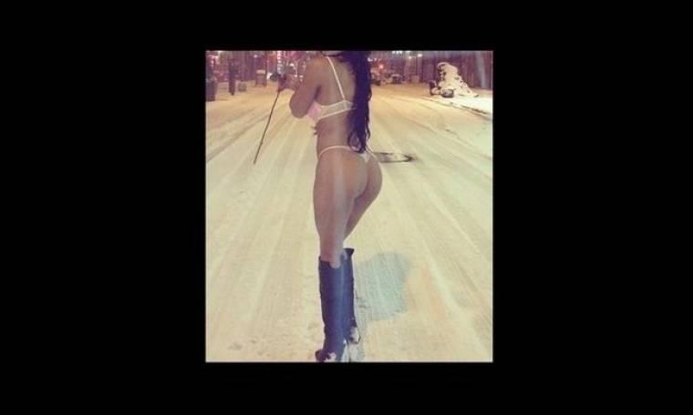 Απίστευτο: Βγήκε η παλαβή με λευκά εσώρουχα και ψηλές μπότες στα χιόνια; (Nassos blog)