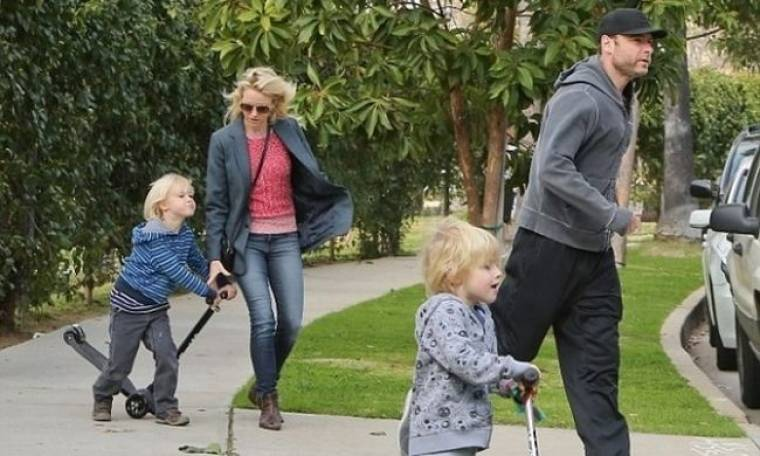 Naomi Watts: Μία μέρα στη λαϊκή για ψώνια με τα παιδιά!