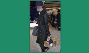 Βγήκε βόλτα με το αρκουδάκι της!