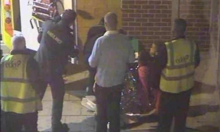 Η στιγμή που μια νεαρή γυναίκα γέννησε στη μέση του δρόμου (pics)