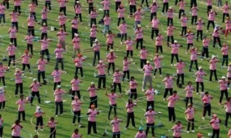 Βίντεο: 5000 άτομα έκαναν... χούλα χουπ για το ρεκόρ Γκίνες