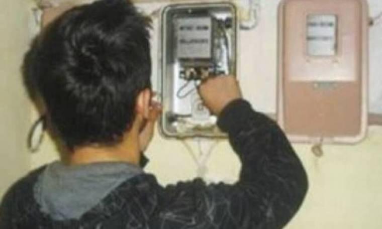 Δείτε πώς κλέβουν ρεύμα από τη ΔΕΗ «πειράζοντας» τους μετρητές