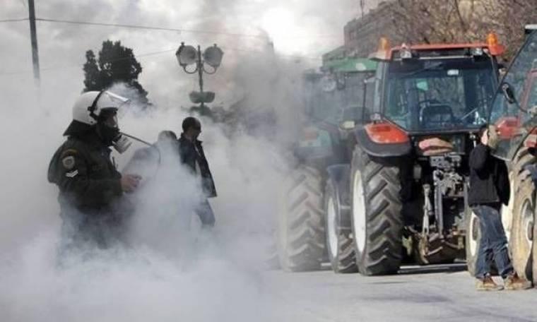 Άγρια συμπλοκή αγροτών με τα ΜΑΤ στο μπλόκο της Ανθήλης (pics)