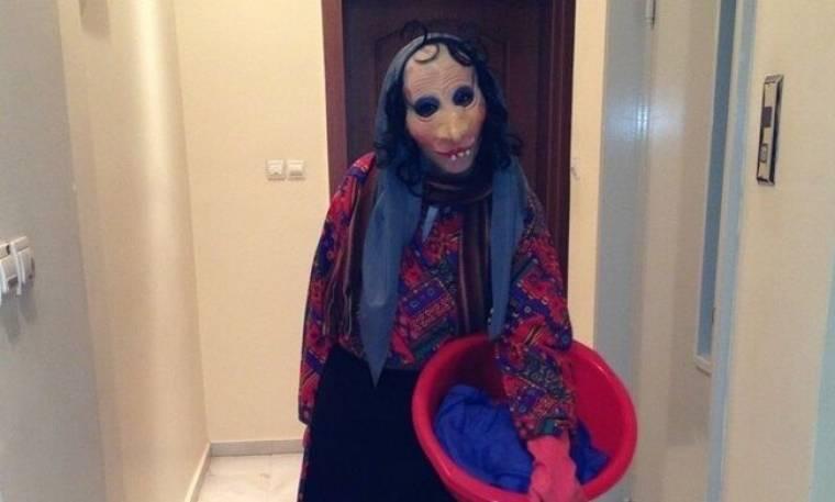 Σέξι τραγουδίστρια «μεταμφιέστηκε» σε νοικοκυρά!