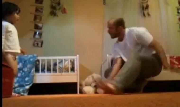 Δεν φαντάζεστε τι κάνει αυτός ο μπαμπάς με τα 3χρονα δίδυμά του!