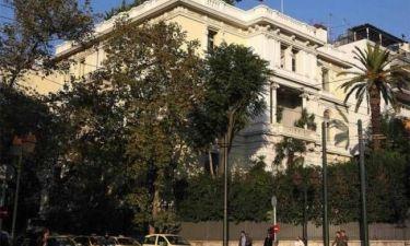 Έβαφαν τα κάγκελα της γαλλικής πρεσβείας λίγο πριν έρθει ο Ολάντ