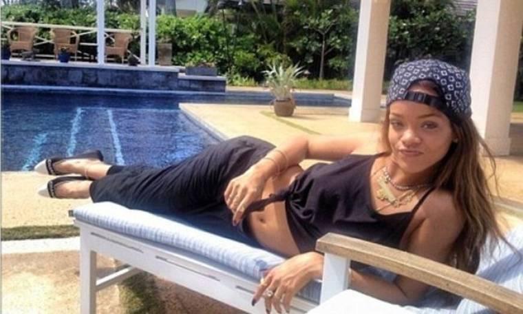 Rihanna: Μετά το μπουκάλι που της πέταξαν, χαλαρώνει στην πισίνα!
