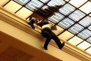 Παραλίγο σοβαρό ατύχημα στο Κοινοβούλιο! Υπάλληλος βρέθηκε αιωρούμενη για λίγα λεπτά στο κενό