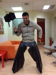 Ο Παπαδάκης έβαλε σακούλες στα πόδια για να βγει έξω στη βροχή!