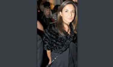 Τίνος γνωστού, Έλληνα παρουσιαστή είναι αδελφή η μελαχρινή κυρία;