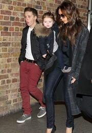 Victoria Beckham: Στο Λονδίνο με την Harper και τον Brooklyn!