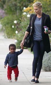 Charlize Theron: Στην παιδική χαρά με τον γιο της, Jackson