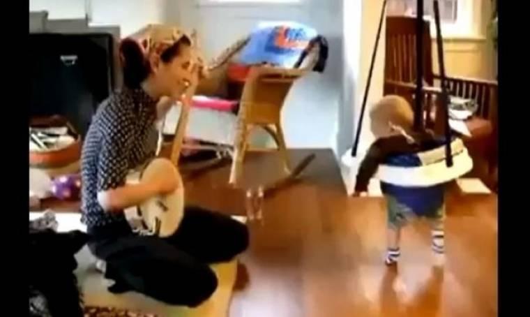 Η μαμά παίζει το μπάντζο και ο μικρός ξεσαλώνει!