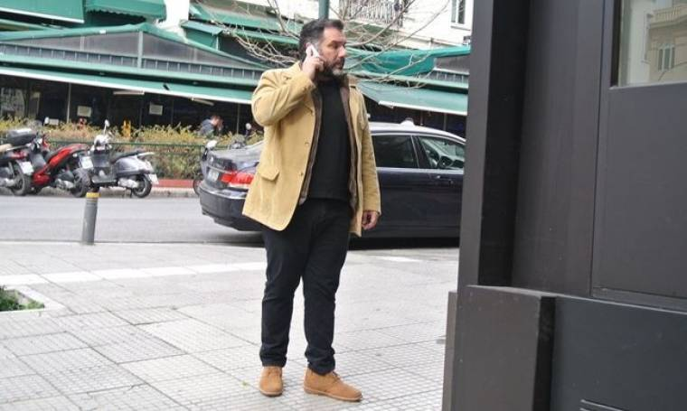 Με ποιον μιλά στο τηλέφωνο ο Γρηγόρης Αρναούτογλου;