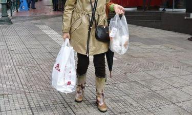 Για πού το έβαλε με τις trendy γαλότσες της;