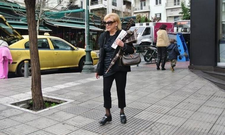 Φωτεινή Πιπιλή: Με casual ντύσιμο και την εφημερίδα ανά χείρας