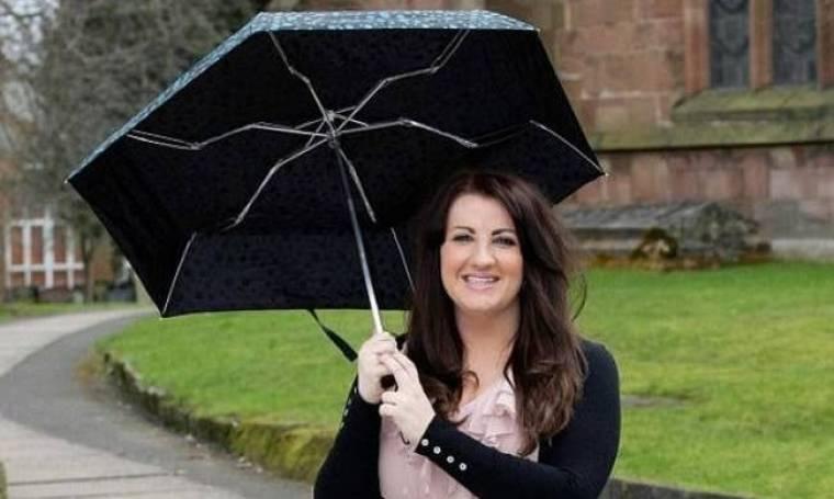 ΣΟΚΑΡΙΣΤΙΚΗ ΕΙΚΟΝΑ: Γυναίκα παλούκωσε τη μύτη της με ομπρέλα
