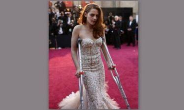 Kristen Stewart: Γιατί εμφανίστηκε με πατερίτσες στα Oscar;