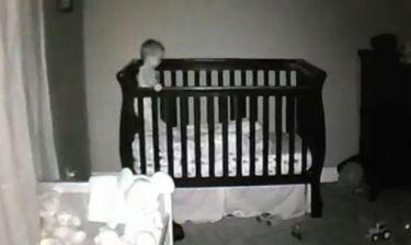 Βίντεο: «Κατασκοπεύουν» τον γιο τους την ώρα που τον βάζουν για ύπνο!