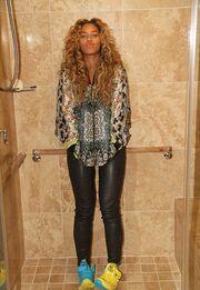 Πασίγνωστη τραγουδίστρια στο… μπάνιο της
