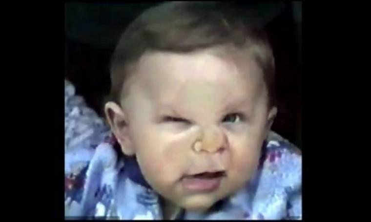 Βίντεο: Τι έπαθε το μουτράκι αυτού του χαριτωμένου αγοριού;