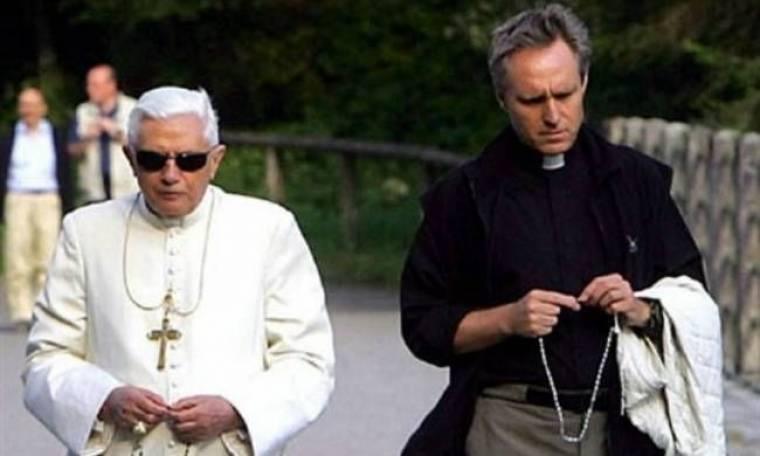 «Ο Πάπας είναι gay και ερωτευμένος με τον γραμματέα του»