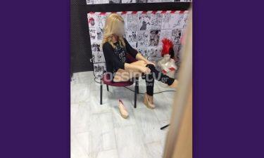 Καυτό: Δείτε ξανθιά Ελληνίδα παρουσιάστρια και μανούλα να…γδύνεται στο καμαρίνι της! (Nassos blog)