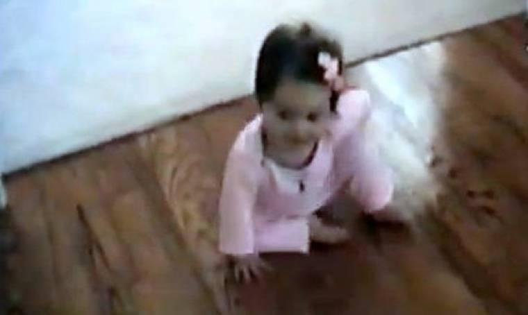 Βίντεο: Δεν θα πιστεύετε πώς μπουσουλάει η πιτσιρίκα!