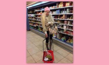 Η Τζούλια ντύθηκε και έγινε νοικοκυρά! Πηγαίνει και στο σουπερμάρκετ!