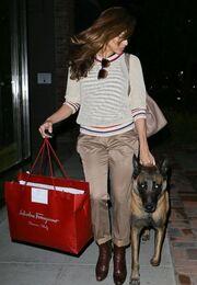 Η απογευματινή βόλτα της Eva Mendes