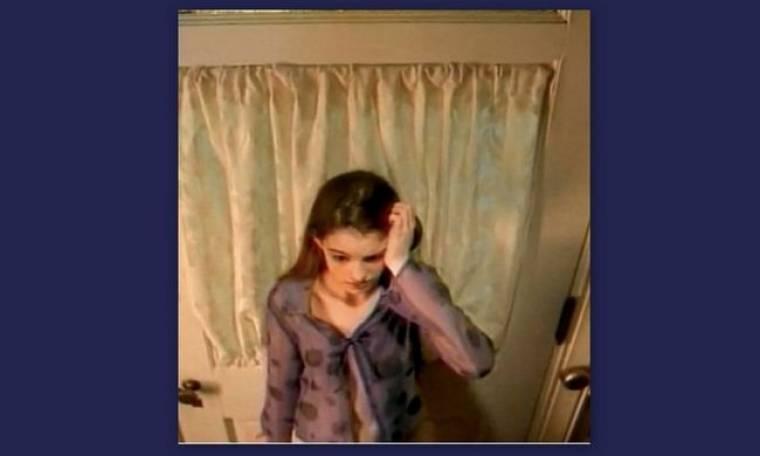 Δείτε την Anne Hathaway έφηβη να προσπαθεί να πουλήσει σταθερή τηλεφωνία
