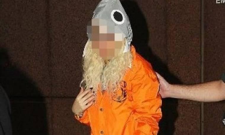 Ποια διάσημη τραγουδίστρια βγήκε έξω ντυμένη... κοτόπουλο;